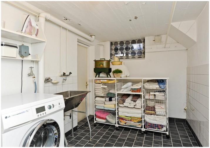 En härligt 50-tals stor tvättstuga med tvättmaskin! En fröjd för tvättande!