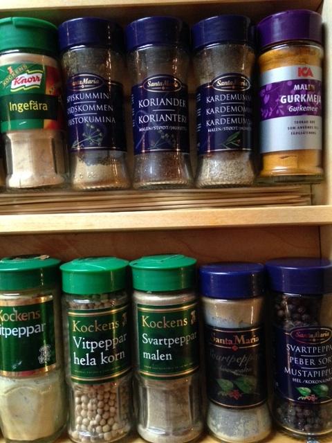 Kryddor på rad - påfyllda och ordnade efter innehåll.